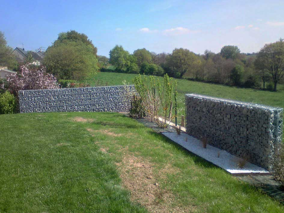 Création de massifs avec paillage minéral et clôture en gabions 2