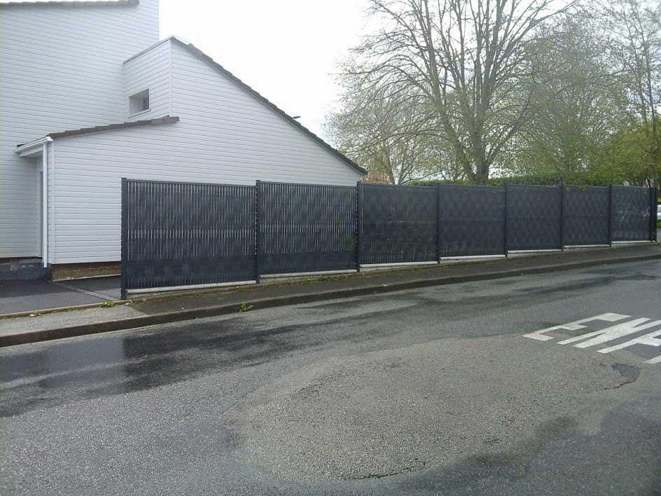 Réalisation d'une clôture en panneaux grillagés avec occultants 2
